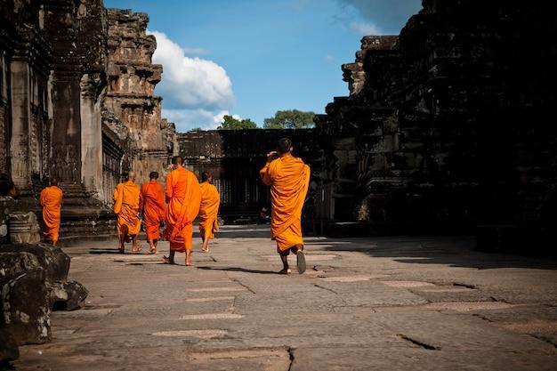 ヒンドゥー教の修道士のオレンジ色のチュニック