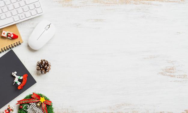 白い背景の上のクリスマスの装飾とオフィス作業スペースデスクトップ