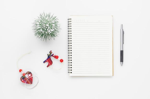 クリスマスの装飾、トップビューで空白のノートブック