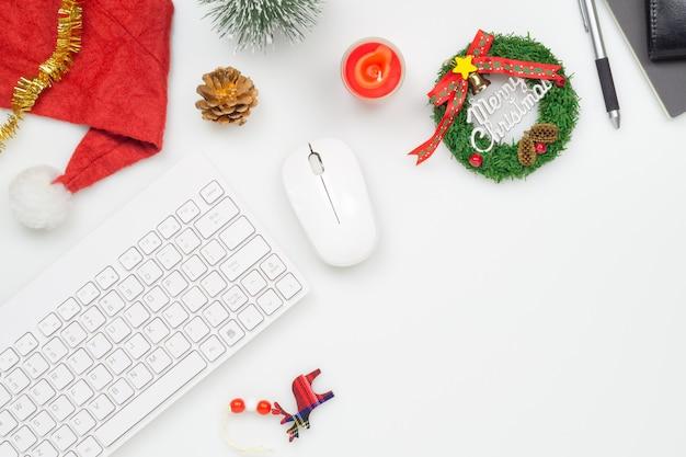 Офисное помещение с рождественским украшением