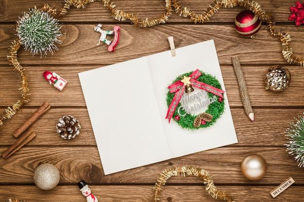 グランジ木のクリスマスモックアップ空白のノートブック
