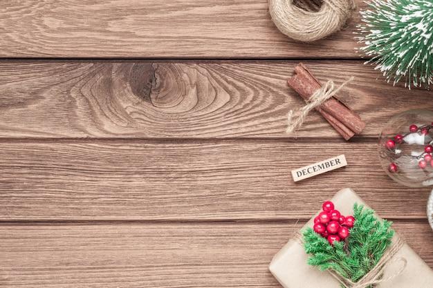クリスマスの装飾とウッドの背景上のギフトボックス