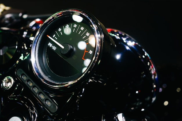 Закрыть выстрел из панели управления мотоциклом с приборной панелью спидометра или счетчиком скорости