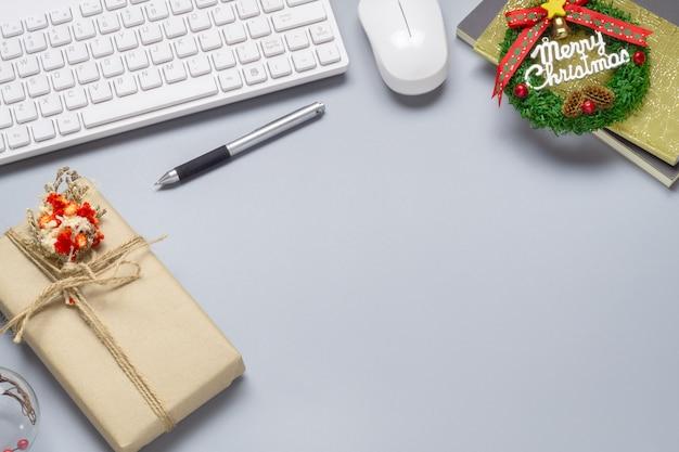 オフィスのデスクトップ作業スペースのクリスマスシーンの背景