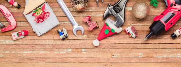 パノラマバナーの木材にクリスマス飾りと便利な建設ツール