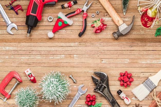 木の上のクリスマス飾りと建設便利なツール