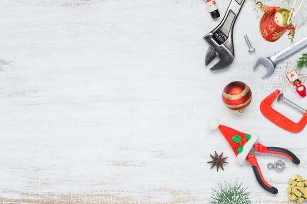 Строительные удобные инструменты с рождественским орнаментом на белом дереве