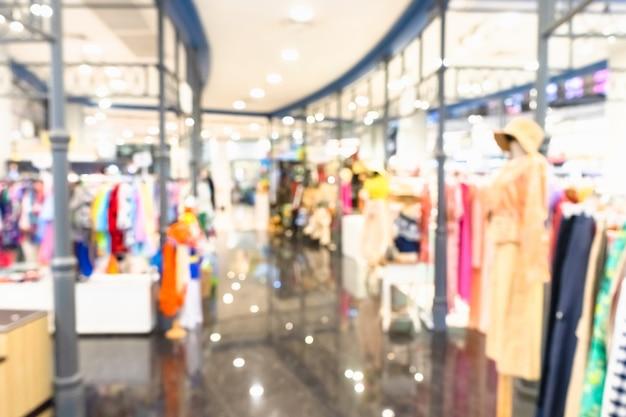 Абстрактные размытые магазины одежды в современном торговом центре