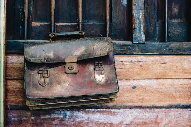 Назад к школьной концепции фона. старинная ретро коричневая кожа студенческая сумочка