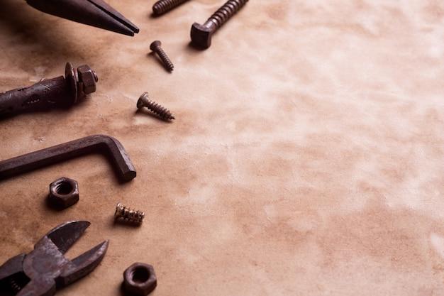 Вариация старых ржавых удобных инструментов на поверхности гранж