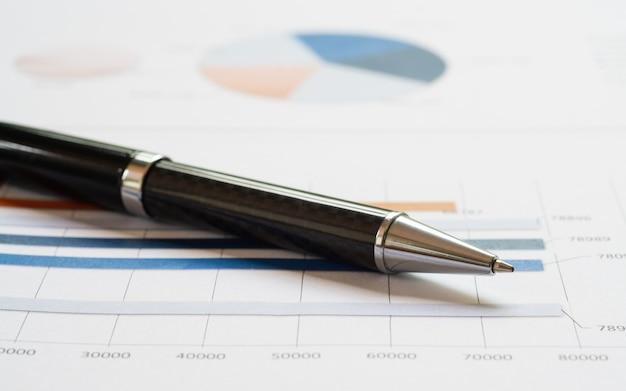 Ручка крупного плана на финансовом отчете