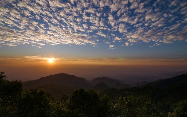 Восход солнца на смотровой площадке монсон в дой ангкханг, чиангмай, таиланд