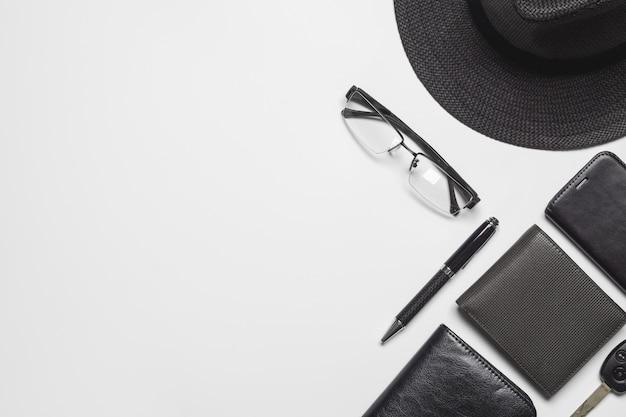 コピースペースと白い背景の上のフラットレイアウトトップビュー紳士用アクセサリー