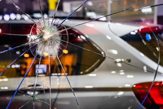 車のフロントガラスをクラッシュさせる。車のコンセプトの壊れて破損した窓ガラス。