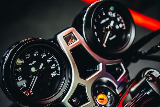 オートバイのダッシュボード表示のクローズアップ。