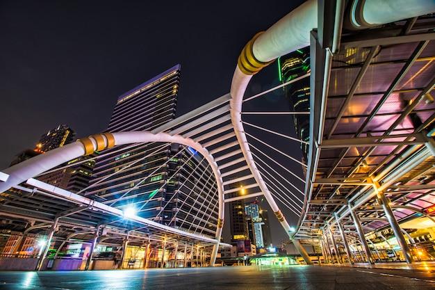 Красивая архитектура пешеходного моста ночью в бангкоке