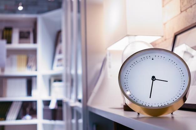 ホームライブラリのモダンな目覚まし時計