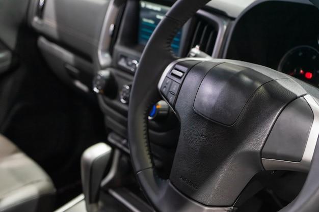 現代の車、車のステアリングホイールのクローズアップの内部ビュー。