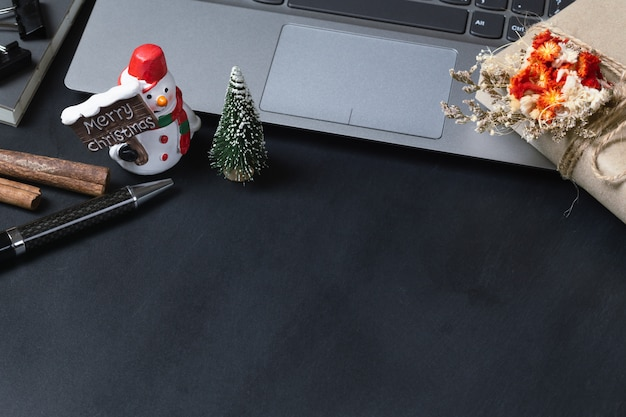 ノートパソコンと雪だるまグッズのギフトボックス