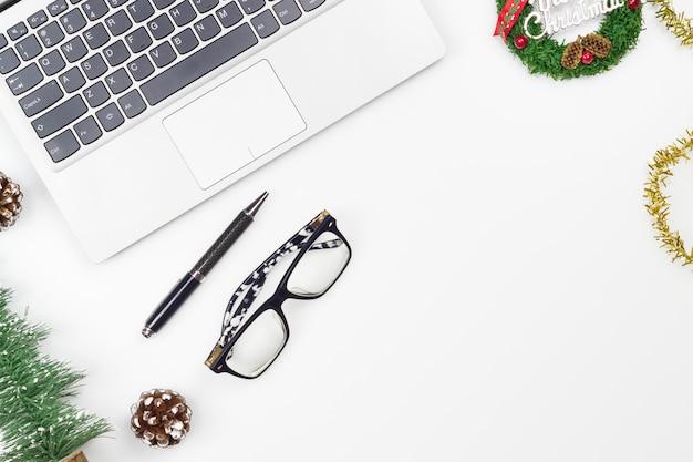 メリークリスマスと新年あけましておめでとうございますオフィスデスクトップ