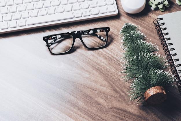 メリークリスマスと新年あけましておめでとうございますオフィスデスクコンセプト。