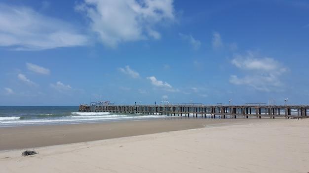 地元の漁業用桟橋が海に届きます