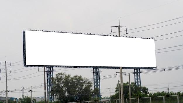 空の看板。
