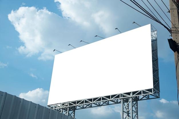 Пустой рекламный щит.