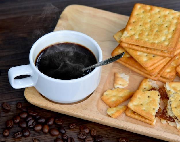 クラッカー核のマグカップ上のホットブラックコーヒーパイナップルスターリング