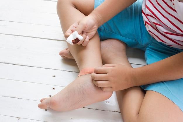 Детская рана на ногах и наркомании раны на деревянном белом фоне