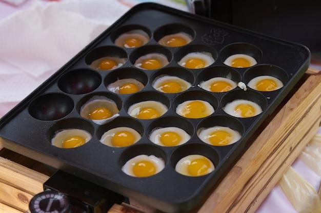 料理のためのピットで鍋を揚げた卵、日本のスタイル
