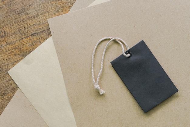 無料のラベルまたは木製の背景にタグと紙のシート
