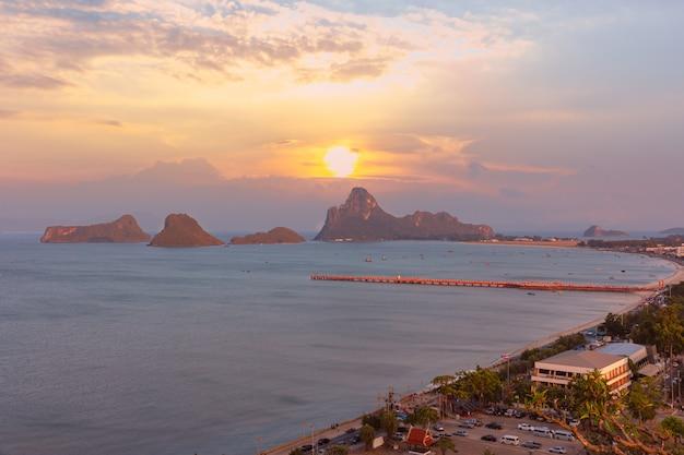 プラチュワップキーリーカン、タイの夕暮れ時のアオマナオ湾の視点