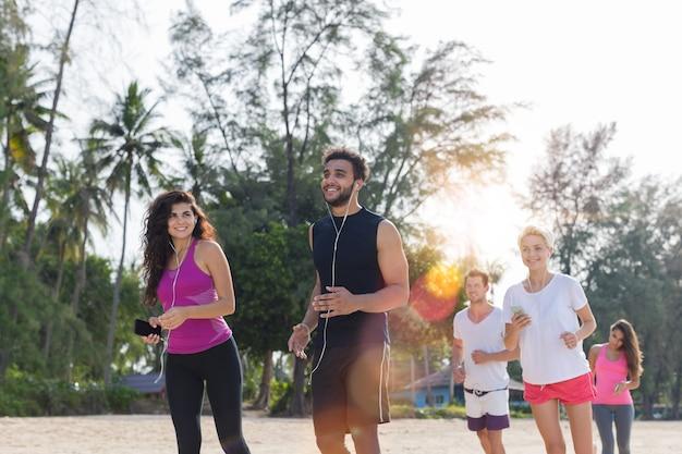 ジョギングをしている若いスポーツランナーを実行している人々のグループ