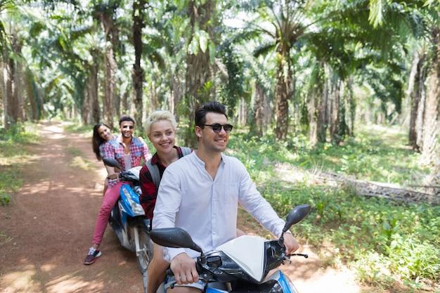 冒険と休暇の概念:陽気なカップル