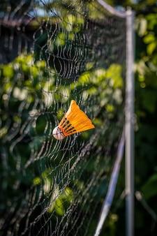 スポーツの背景のための屋外ネットに打たれた羽根のクローズアップ