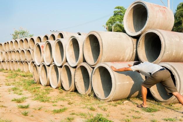 建設現場の排水管のコンクリート配管