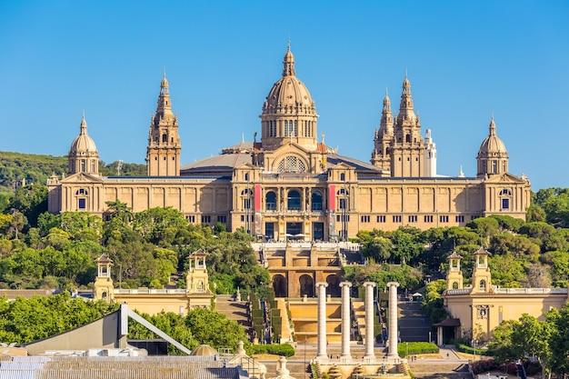 Национальный музей барселона и плака-де-эспаньи в солнечный день, испания