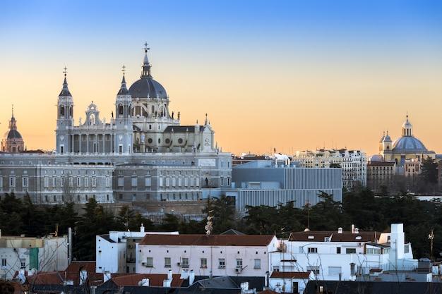 スペインのアルムデナ教会とマドリードのスカイライン