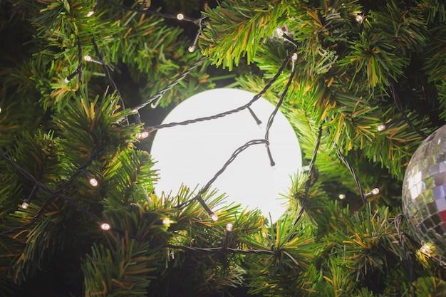 クリスマスツリーを飾るために白い光のボール