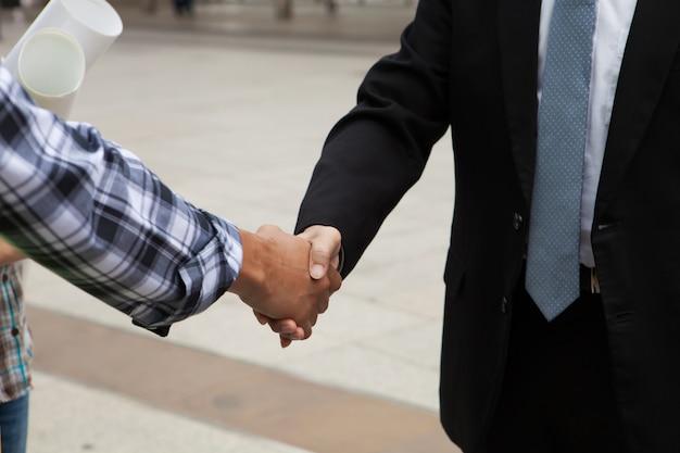 ビジネスコラボレーション、ビジネスマン、エンジニア握手