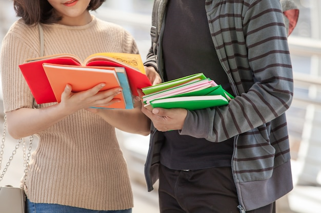 屋外でのディスカッションや読書をしている大学生のグループ