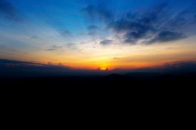 早朝に雲の後ろに日光の美しい光線。