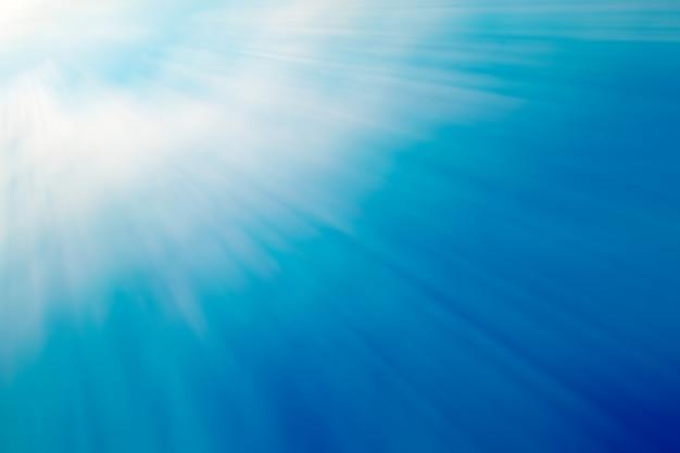 左上隅からの光線と青い色の背景。