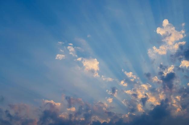 太陽光線と曇り空。