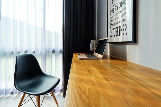 黒い椅子と木製のテーブルバー上のコンピューターのラップトップ