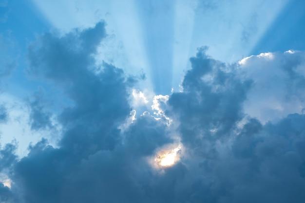 太陽の光が雲の切れ間から輝いています。