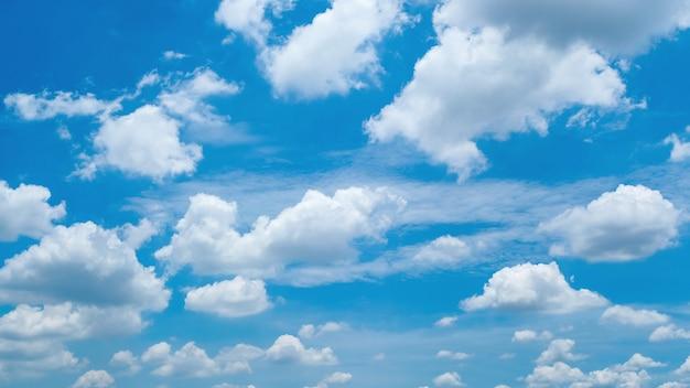 青い空に積雲の雲