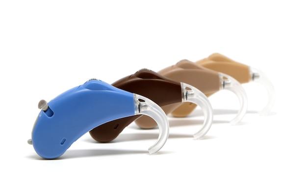 白い背景の補聴器の多色