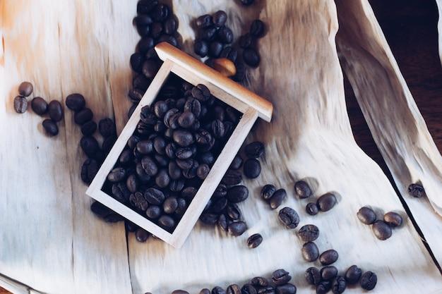 木製の引き出しの中のコーヒー豆をクローズアップ
